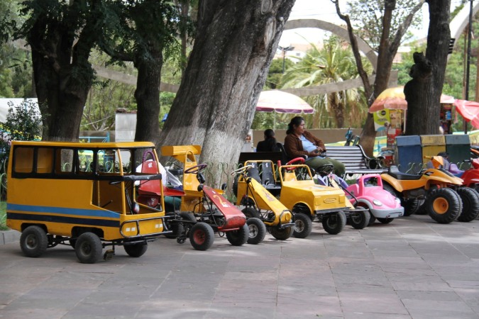 Cars for hire, Parque Bolivar, Sucre, Bolivia