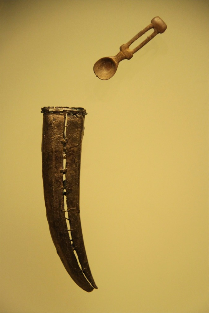 Container for holding hallucinogenic powder and spoon, Museo del Oro, Bogota, Colombia