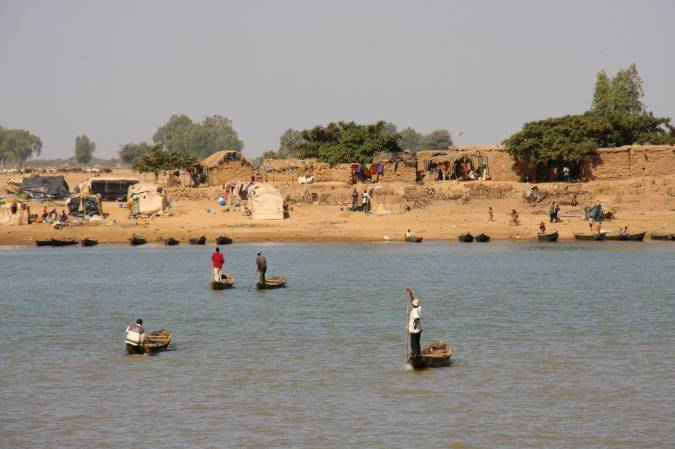 Boats cross to islands in the middle of the Niger River, Mopti, Mali, Africa