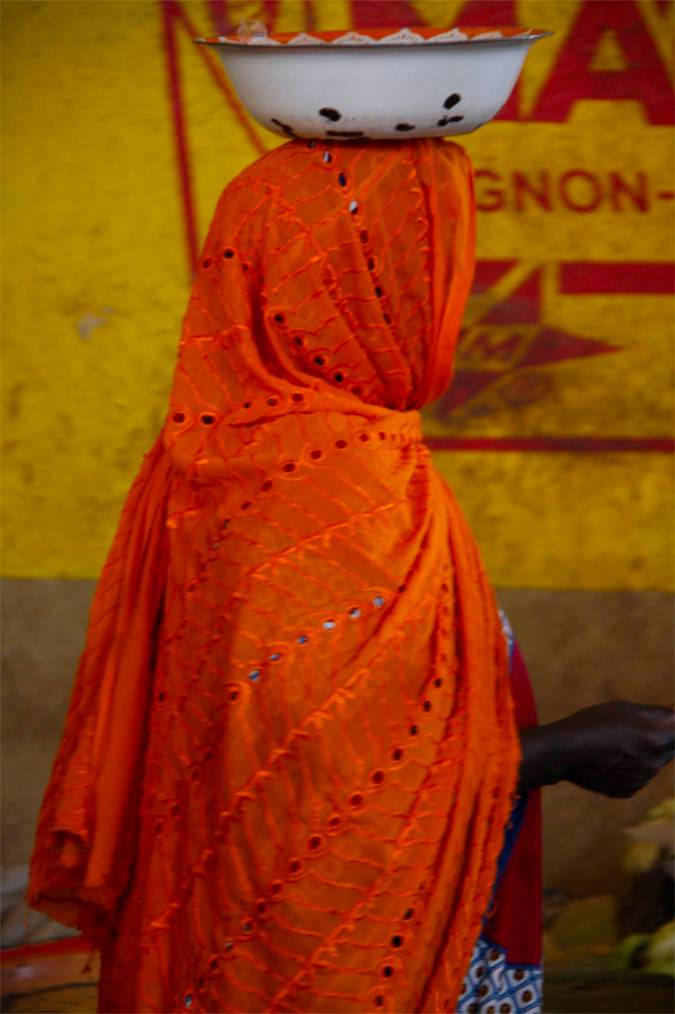 Woman carries a bowl on her head, central market, Mopti, Mali, Africa