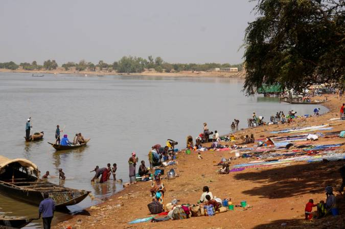 People on the bank of the Niger River, Mopti, Mali, Africa