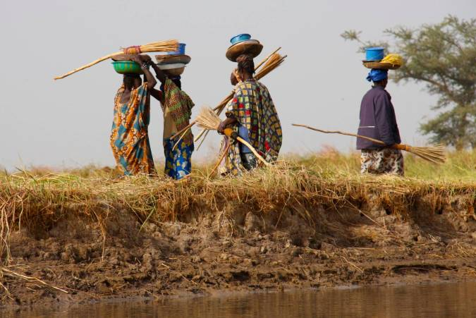 Women on the bank of the Niger River, Mali, Africa