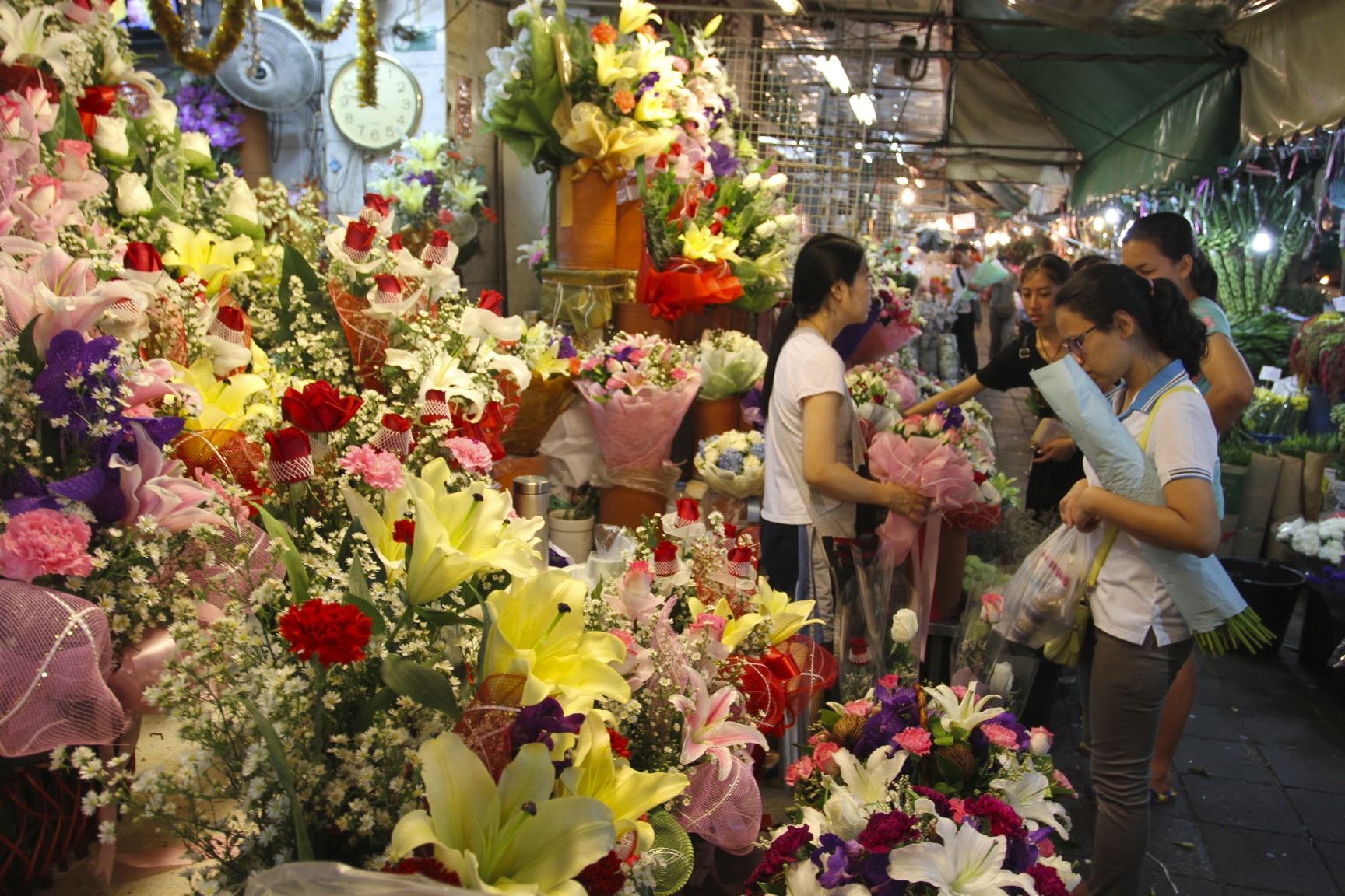 Pak Khlong Talat, Night Flower Market, Bangkok, Thailand ...