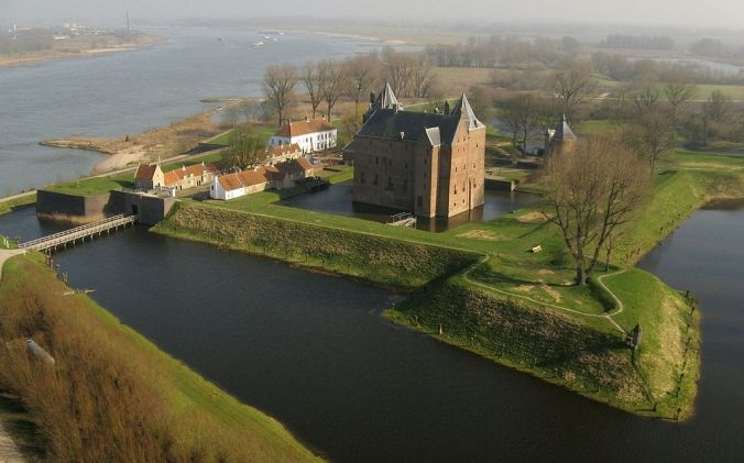 Castle Loevestein aerial view, Netherlands (courtesy of dogsfamilypark.blogspot.nl)