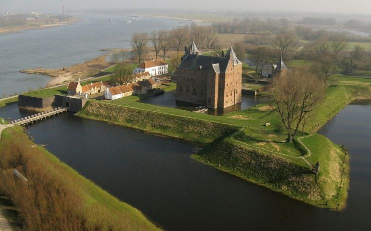 Castle Loevestein arial view, Netherlands (courtesy of http://dogsfamilypark.blogspot.nl)